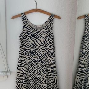 Sød kjole zebra stribet kjole fra H&M i en str. EUR 146-152💛 Kom gerne med dut bud på prisen😁 Håber du vil tjekke resten af min profil🥰  #30dayssellout