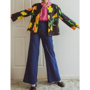 A beautiful flowery blazer from Escada. The flower pattern is not too much(as many blazers can be), but very stylish!  94% cotton, 5% polyamide, 1%Elastane.  Size marked 42/L, seen on size 38/M.  The chest measurement is about 104cm.  500dkk/67euros 