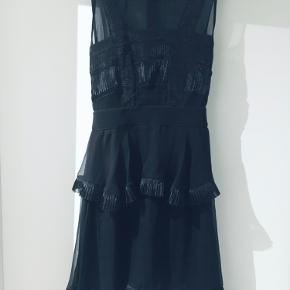 Kone endelig med bud.   Super flot kjole fra designers remix som aldrig er blevet brugt.  Kan afhentes på Nørrebro kbh.   Giver mængde rabat. Se mine andre annoncer.