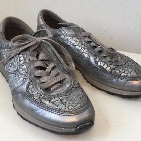 Fine sneakers i skind - ikke brugt specielt meget   Den indvendige længde (sålen) er 25 cm  Bud fra kr 350 plus porto  Kan afhentes København, Østerbro  Bytter ikke