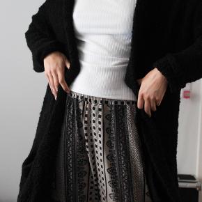Lækker og hyggelig boa styled cardigan, der er lavet af akryl, uld og polyester.
