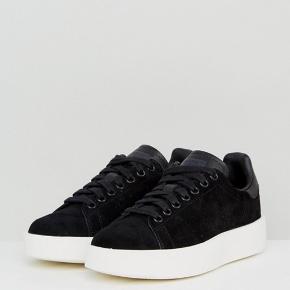 Adidas stan smith bold black i str 38 2/3. Brugt over en periode.  Nypris 770kr byd