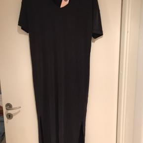 Materiale 62% modal og 38% polyester. Midi lang kjole med lille slids i hver side.