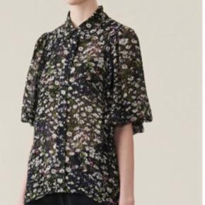 Blomstret bluse fra Ganni. Kun brugt en gang. Køber betaler fragt. #SundaySellout