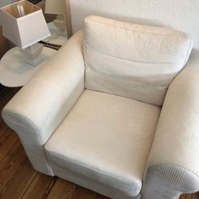 Dejlig stor/dyb lænestol. Mindre pletter, det kan vaskes væk. Er tidligere anvendt i mindre grad, men har på det seneste udelukkende fungeret som 'stolen' i soveværelset. Fejler intet. Køber afhenter.