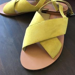 Gule sandaler med ruskindslook.   Str. 6 (39)