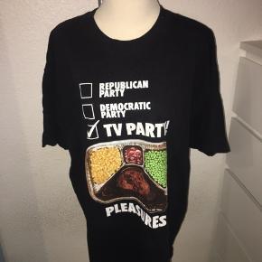 Sort T-shirt fra pleasures i størrelse xl. Med grafisk print på front - kan bruges som kjole om sommeren.
