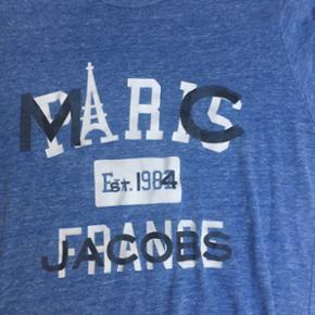 MARC JACOBS T-SHIRT  Str: small  Super flot trøje, med en flot farve  Den fejler intet og næsten aldrig brugt!  Den er købt i Marc Jacobs butikken for 550 kr.  Mindste pris: 150 kr.  Køber betaler fragt!