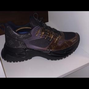Louis Vuitton Run Away Pulse Sneaker  - 19k sæson LV sneakers   Str.: 44 (Fitter dog også en størrelse 43) Købspris: $1,230 (tilsvarende ca. 8.000 DKK) Mindstepris: Byd (Logiske bud accepteres i en hurtig handel) Kvittering haves. En byttehandel kan også arrangeres.  Markedsprisen på skoene varierer mellem 11k - 13k på EBAY: https://www.ebay.com/sch/i.html?_from=R40&_trksid=m4084.l1313&_nkw=run+away+pulse+sneaker  Skoene er yderst vedligeholdt og kan antages som helt nye. Brugt kun i 2 timer, under konfirmation.
