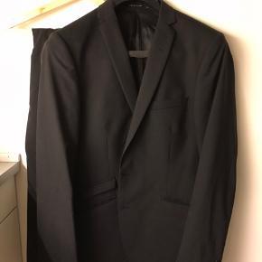 Sort Tiger of Sweden jakkesæt. . Sælges da det er for stort. Style Nedvin Jakke str 54 Bukser str 150 Nypris: 4000kr