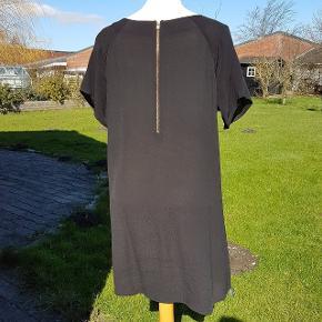 Fin tunika som er buet forneden og med lang ly lås i ryggen og stjernepynt på lommen foran. Stor i størrelsen. Længde fra skulder til bund: 91 cm Længde fra halsudskæring til bund er ca: 82 cm. Brystmål: 55 cm * 2.  #30dayssellout