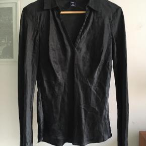 Figursyet skjortebluse af sort silke. Str. M.