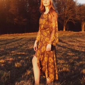 Sælger denne super flotte blomstrede kjole fra Neo Noir, da den desværre ikke bliver brugt.  Den er brugt en aften. Og står derfor som ny.  Np: 700,-   Tag et kig på mine andre annoncer - jeg sælger en masse billigt tøj og giver mængderabat  #secondchancesummer