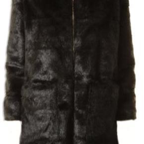 Lækker pelsfrakke med uægte pels og med hætte fra Sofie Schnoor. Brugt et par få gange, fremstår derfor som næsten ny 🌸 Normalpris: 2,000 kr.  #trendsalesfund  #30dayssellout