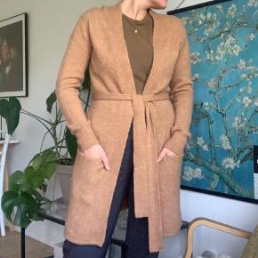 Cardigan med bælte/bindebånd. Polyamid/akryl/polyester/elastan. Bright to gange
