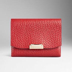 Burberry, lille rød cross body taske. Udført i rødt læder med hardware af forgyldt metal. Tasken er med aftagelig rem, der gør tasken til en clutch. Med stiklåslukning. Indvendigt med et rum samt 4 kortrum. H. ca. 15 cm, B. ca. 18 cm.  Nypris ca. 4700,- Få 50% på din første Goodiebox! 🤩 Skriv din e-mail i pb, og jeg sender dig straks en kode! 🌸