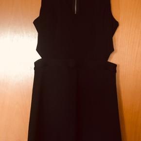 Flot kjole fra Abercrombie & Fitch Str M Lynlås bagpå Sexede huller i siderne (se fotos) Som ny