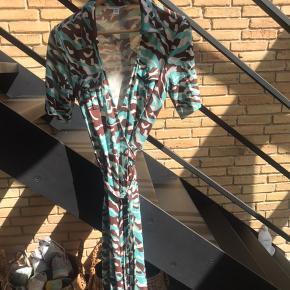 Skøn slå-om-kjole med sidelommer og lomme på brystet.