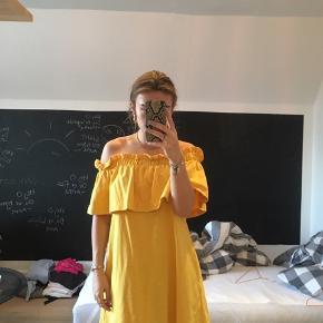 Lækker off-the-shoulder kjole fra H&M. Aldrig brugt.