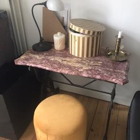 Super smukt fransk Fil de Fer ægte marmor bord. Jeg har brugt det som skrivebord.  Det er så smukt og så god kvalitet og tungt.  Har smukt svunget smedejernsstel.  Skal afhentes på Christianshavn.   B 48 x L 88 x H 70 😊  Bytter ikke tak.