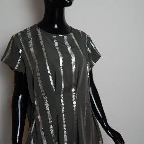 BITTE KAI RAND bluse str 40, grå m/sølv print og fine læg, er ikke lille i str, poly mix stof  MÅL: Bryst 106 cm, lgd 64 cm
