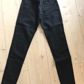 Varetype: Bukser Størrelse: 27  Farve: Sort Oprindelig købspris: 800 kr.  Helt sorte bukser i lækkert materiale, som ikke bliver forvasket.  BYD