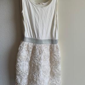 Helt hvid kjole str 146. Kjole med turkis prikker str 134