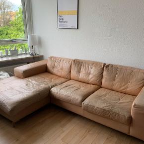 Vi sælger vores dejlige lædersofa. Den er champagne-farvet og med mindre brugstegn (som vist på billederne).