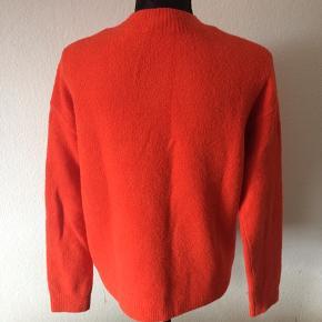 & other stories - sweater Str. S Næsten som ny Farve: rød Lavet af: 42% cotton, 26% acrylic, 25% polyamid, 4% wool og 3% elasthan Mål: Brystvidde: fra 112 cm til 122 cm hele vejen rundt Længde: 60 cm Køber betaler Porto!  >ER ÅBEN FOR BUD<  •Se også mine andre annoncer•  BYTTER IKKE!