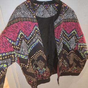 Anden overdel, Næsten som ny. Nykøbing F - Fed jakke med farverigt mønster, perfekt til 80'er festen eller bare til at peppe et basic outfit op?. Anden overdel, Nykøbing F. Næsten som ny, Brugt og vasket et par gange men uden mærker eller skader