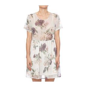 Floral dress med korte ærmer - superfin på.  Jeg handler kun via mobilepay.