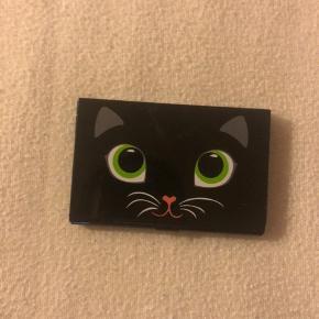 En sød kreditkort holder med katte- og musemotiver💕 Er købt i Berlin for nogle år siden.  Sendes kun med DAO, kan ikke hentes!