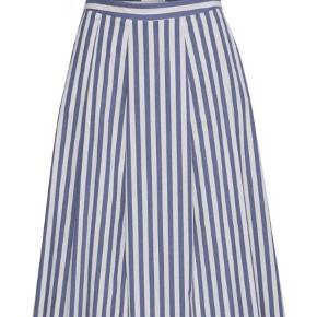 Varetype: Maxi Farve: Blå Oprindelig købspris: 900 kr. Prisen angivet er inklusiv forsendelse.  Super smuk nederdel fra Gestuz  Ikke brugt    Kom med et bud :)