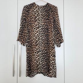 Lækker GANNI-sag i leopard og 100% silke. Har store smukke ærmer, rund hals, der går helt op til halsen og diskret lille lynlås i nakken. Jeg er 1.70 cm høj og den går mig til lidt over knæene. Måler desuden 58cm fra armhule til armhule.   En lidt ældre sag, men som er brugt sparsomt og passet enormt godt på. Desværre kan jeg ikke passe den mere, og synes derfor den fortjener en ny ejer ✨  Passes også af str. M!   Porto betales af køber.