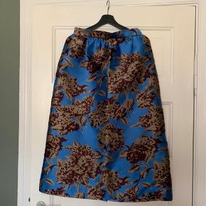 Fantastisk smuk nederdel i str.38. Nederdelen har lommer.  Jeg er 1.72 og den når mig til midt på skinnebenet.  Nyprisen er 3.200kr!  Jeg bytter ikke 😊