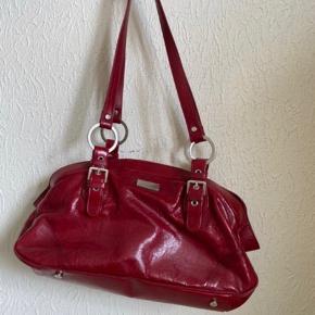 Tasken har 3 rum. Små slidtegn på bund og bagside af tasken. Har medfølgende pung - skriv gerne for billeder. BYD