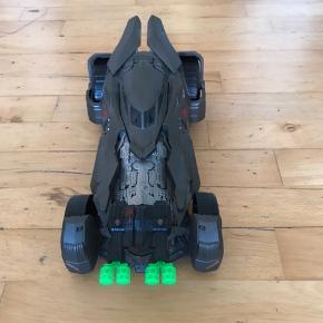 Batman bil med pile.  Bilen er 37 cm lang