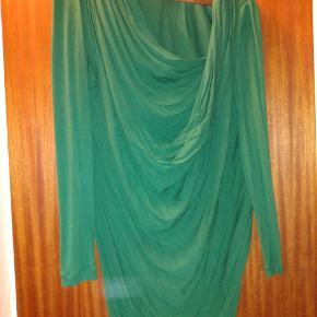 Fin kjole med flot vandfald foran søger nyt hjem:)
