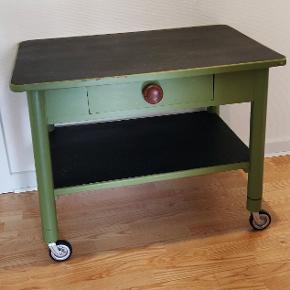 Fint rullebord fra 1960/70'erne i god stand med tilhørende skuffe. Højde 62 cm, længde 81 cm og dybde 56 cm