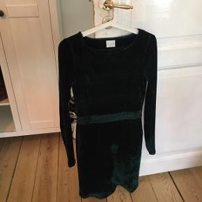 Grøn, tætsiddende velour kjole.✨ Fejler intet, får den bare ikke brugt💜