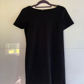 Brugt 1-2 gange, super behagelig sort kjole