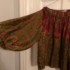 Smukkeste 100% silke tunika i print fra Mes Demoiselles Bytter ikke  Kan passe alt fra 34-38  Oversized