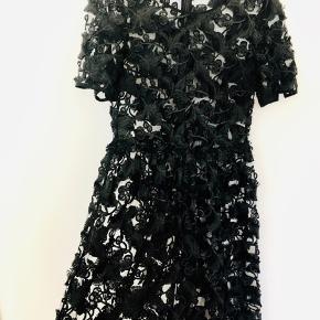 Smukkeste sorte kjole i blonder. Har haft den på én gang. Men skal have en underkjole indenunder. Lynlås i ryggen. Går til lige inden knæet, hvis man som jeg er 168 cm.