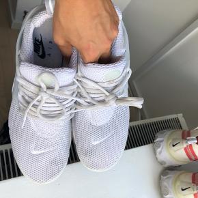 Nike presto i str 44 Nypris ~800kr Cond 7, selve skoen er i meget fin stand, men har dog nogle flaws som ses - rød farve kan højest sandsynligt fjernes  Fast pris: 200kr plus fragt