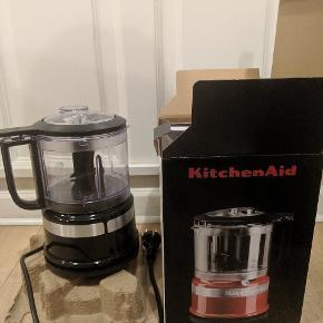 Helt ny Kitchenaid Foodprocessor i sort. Aldrig brugt, og fremstår i original emballage med alt hvad der medfører.  Produktbeskrivelse: Effekt: 240 Watt Indhold/skålstørrelse: 0,83 l Antal hastigheder: 2  Afhentes på Vesterbro