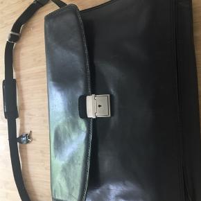 Lækker italiensk skuldertaske i sort læder med flotte detaljer og godt håndværk. Købt i Neye til ca.2800 som np. Med plads til meget - praktisk og lækker ruminddeling og  skindforet. Alt fremstår nyt og tasken er kun benyttet få gange.