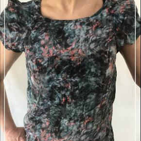 Super smuk bluse. Sælges da jeg ikke får den brugt. Super fin stand!🌸Kontakt mig gerne
