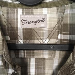 Varetype: Langærmet Størrelse: XXL Farve: Olivengrøn  Flot ternet Skjorte brugt få gange.         Er fra ikke rygerhjem