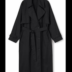 Varetype: Trenchcoat Farve: Sort Oprindelig købspris: 699 kr.  Cool trenchcoat fra Weekday. Brugt en håndfuld gange. Byd (bytter ikke)! Køber betaler fragt.