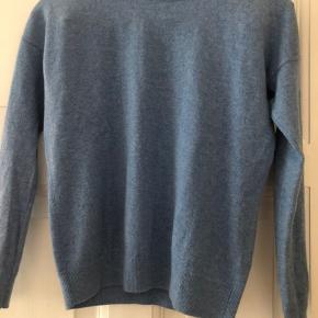 100% cashmere trøje i flot lyseblå farve. Brugt få gange.